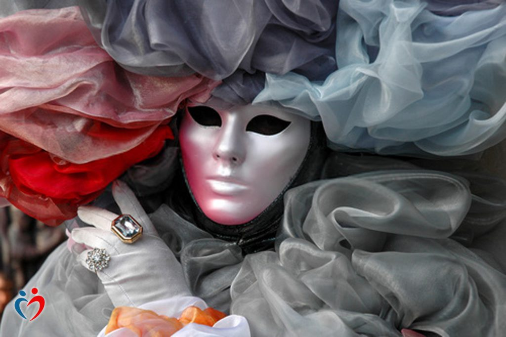 ارتداء قناع في فترة التعارف من أجل إخفاء الشعور بالخزي